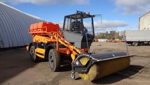 Снегоуборочная машина DM09 с передней подметальной щеткой на полигоне Завода Дорожных машин