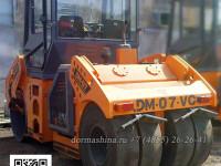 Дорожный каток DM-07-VC оборудован сзади четырьмя пневоколесами
