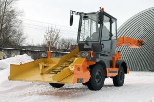 Снегопогрузчик лаповый DM09 на территории завода Дорожных машин